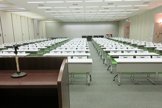 350m2・定員200名 放送設備 各種会議や講習会、研修会場としてご利用いただけます。音響設備、プロジェクターOHPなども完備しております。(有料)